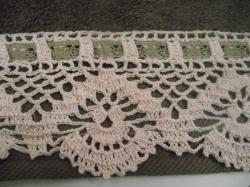 serviette-taupe-bordure-rose-1.jpg