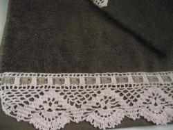 serviette-taupe-bordure-rose-2.jpg